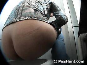 Толстые женщины с огромными жопами снятые на скрытую камеру в туалете видео
