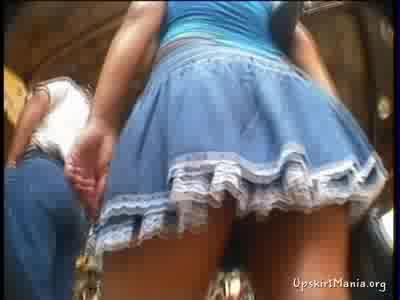 Парень снял женскую попку под юбочкой