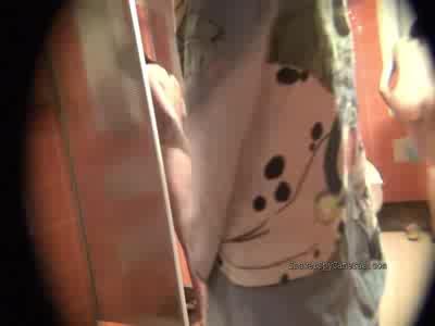 Дамочка полностью оголяется перед скрытой камерой