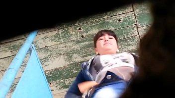 Видео полной, молодая девушка сикает в деревенском туалете