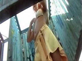 Порно скрытая камера туалет пляжная кабинка
