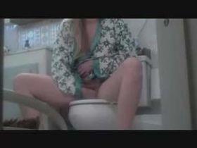 Подглядывание в женском туале