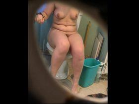 Подглядываем за девушками в туалете ком