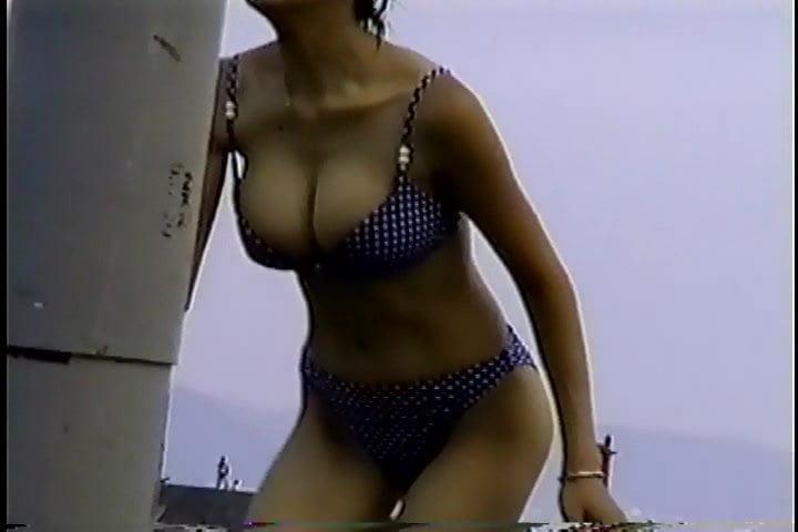 Нудистки играют в бадминтон на пляже - порно фото