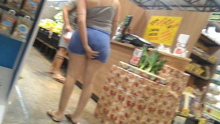 Телка с сочной жопой в коротких шортах попалась на камеру в супермаркете