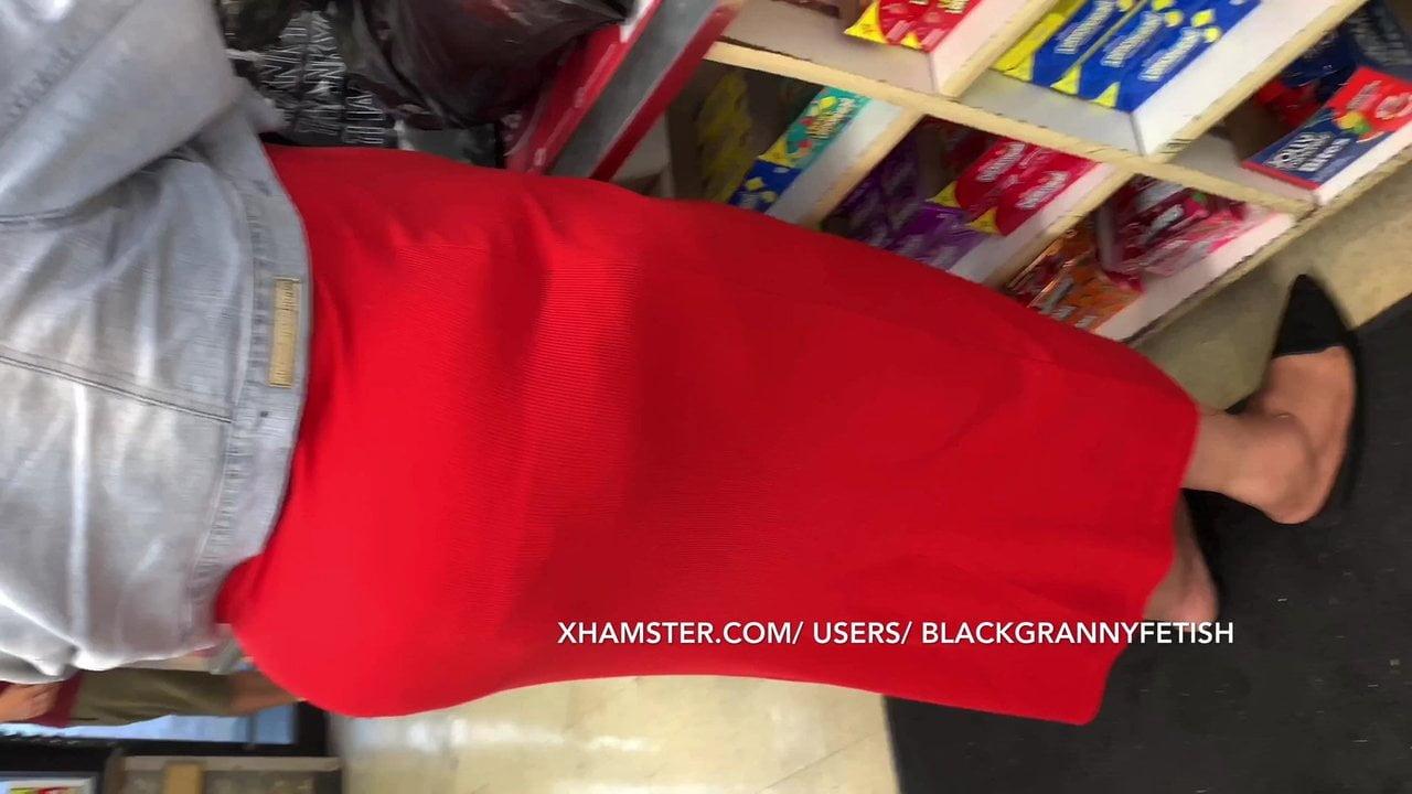 Бабку с объемной жопой в красной юбке засняли на камеру пока она гуляла по городу